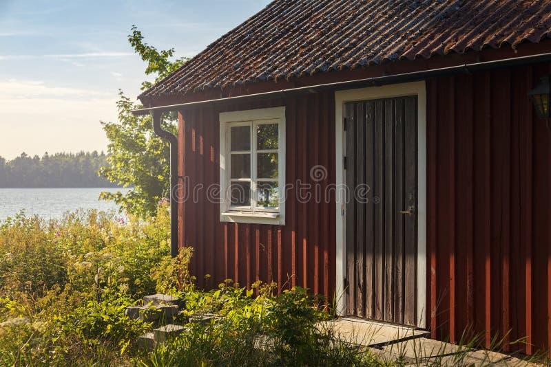 Rotes Sommerseehaus stockfotografie