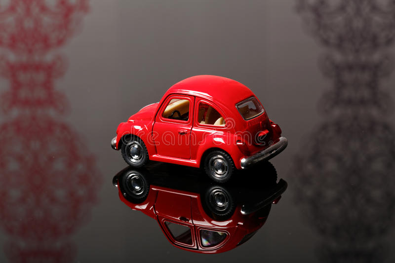 Rotes Spielzeugkäferauto stockfotos