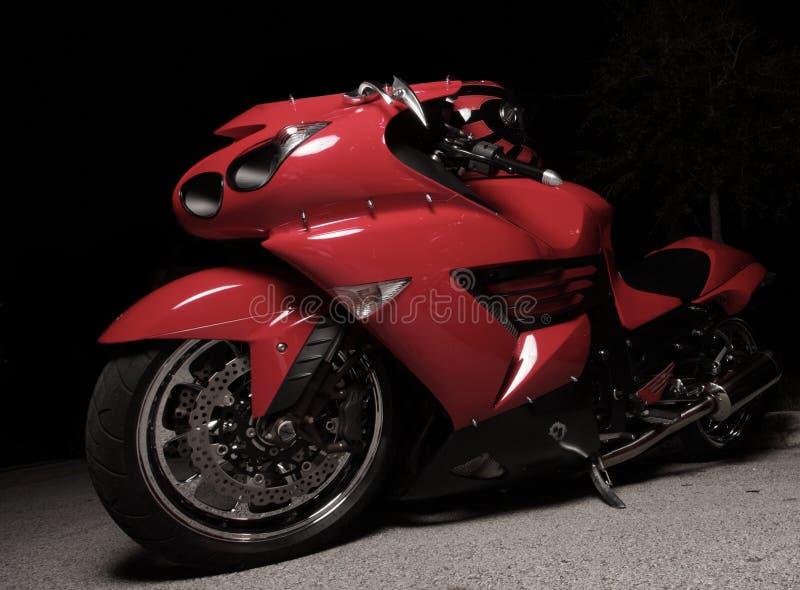 Rotes Sportfahrrad nachts stockfoto