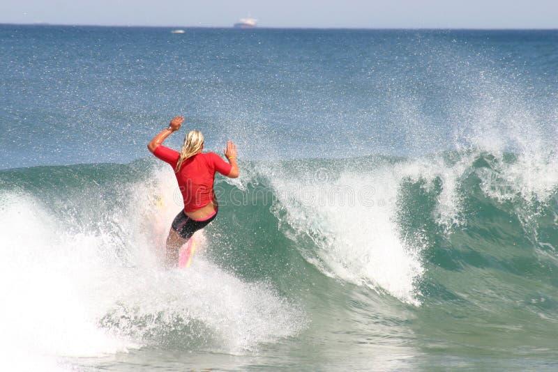 Rotes Surfer-Mädchen lizenzfreies stockfoto