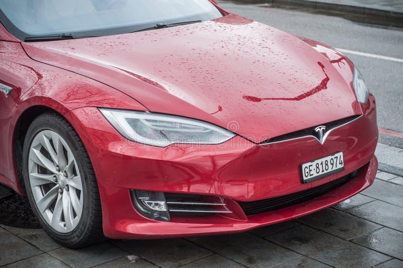 Rotes tesla Auto parkte in der Straße bis zum regnerischem Tag stockfotografie