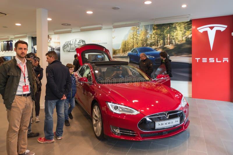 Rotes Tesla-Elektroauto im Förderungsausstellungsraum Nürnberg, Deutschland - 26. März 2016 lizenzfreie stockbilder