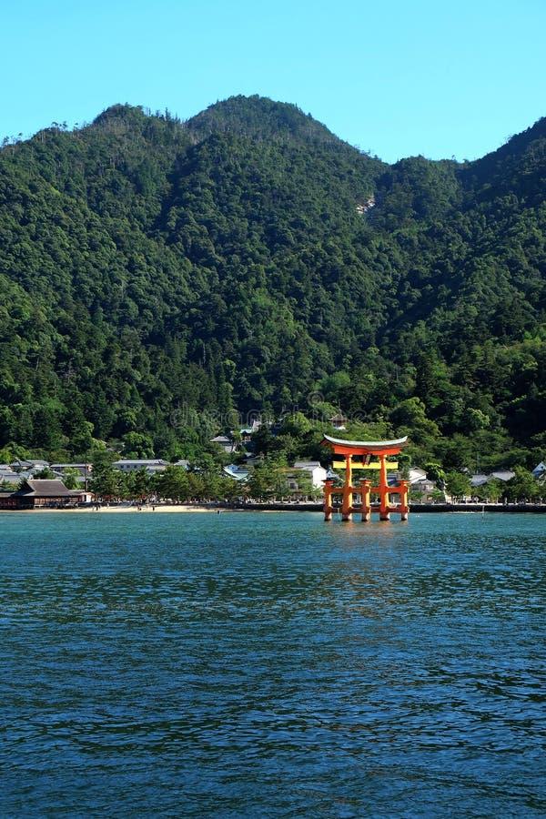 Rotes Tor des Schreins Itsukushima lizenzfreie stockbilder