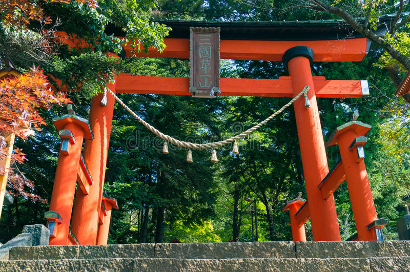 Rotes Torii-Tor in Berg Asama-Park stockfotografie