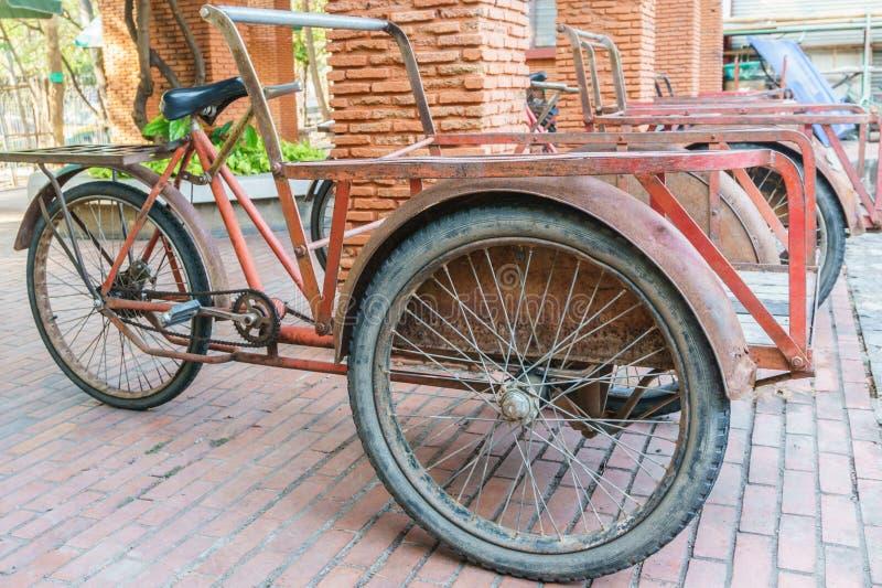Rotes trishaw für Transport stockbilder