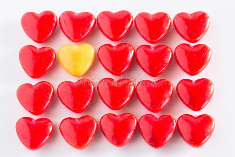 Rotes und gelbes Herz-geformte Valentinsgruß-Tagessüßigkeit lizenzfreie stockfotografie