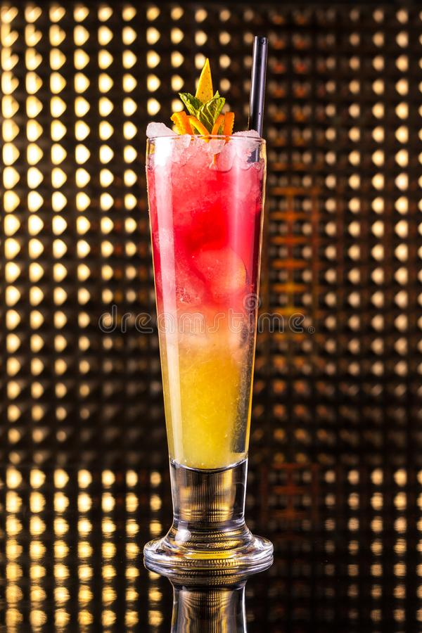 Rotes und orange überlagertes Cocktail lizenzfreies stockbild