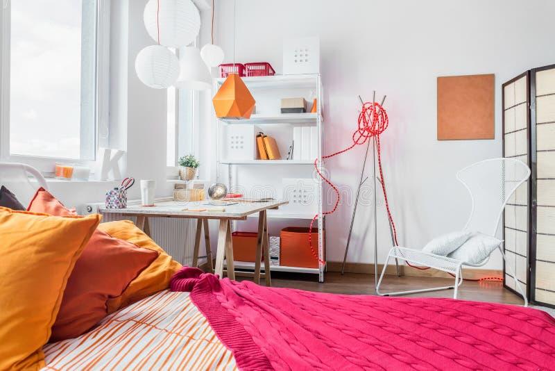 Rotes und orange Schlafzimmer lizenzfreie stockbilder