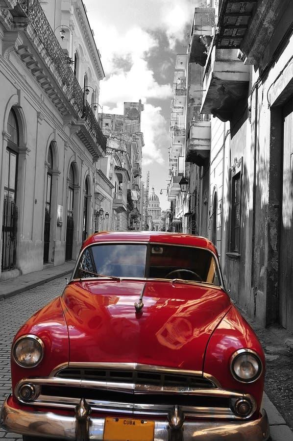 Rotes und schwarz-weißes Foto des Retro- Autos der alten Havana-Straße kuba Künstlerisches Foto stockbilder