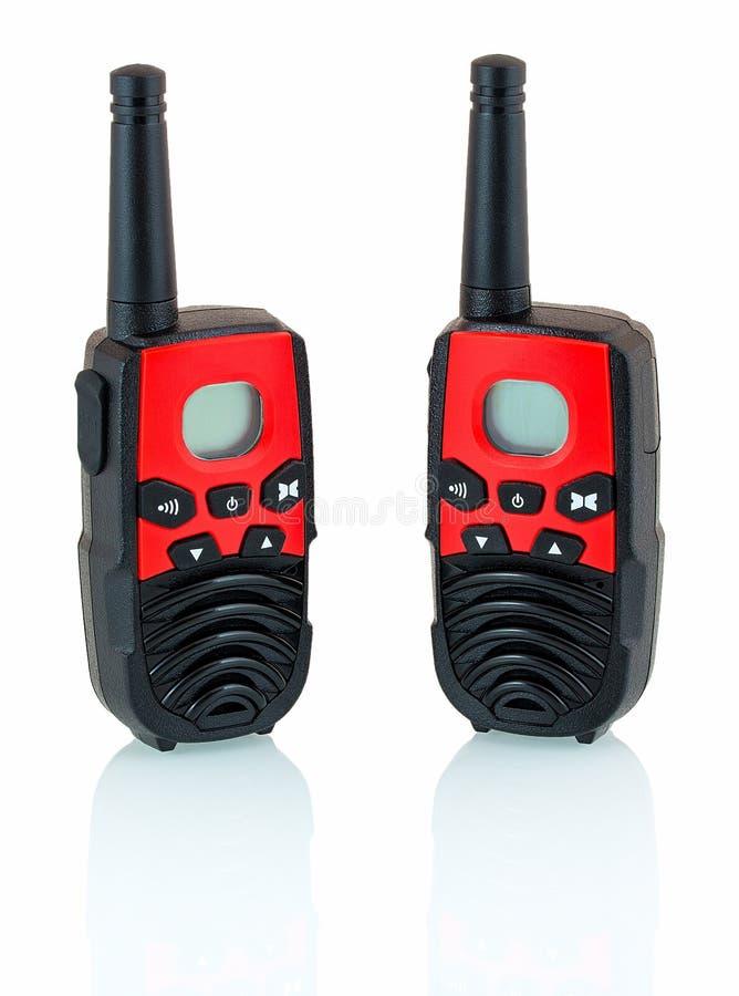 Rotes und schwarzes Funksprechgerät lokalisiert auf weißem Hintergrund mit Schattenreflexion Übermittler des portablen Radios stockbilder