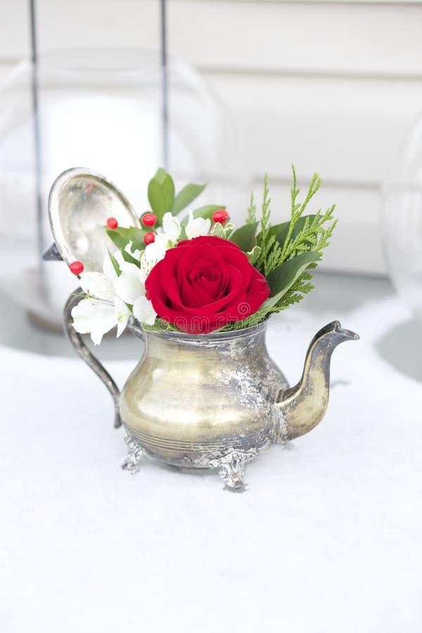 Rotes und weißes Blumengesteck in der antiken Teekanne lizenzfreies stockbild