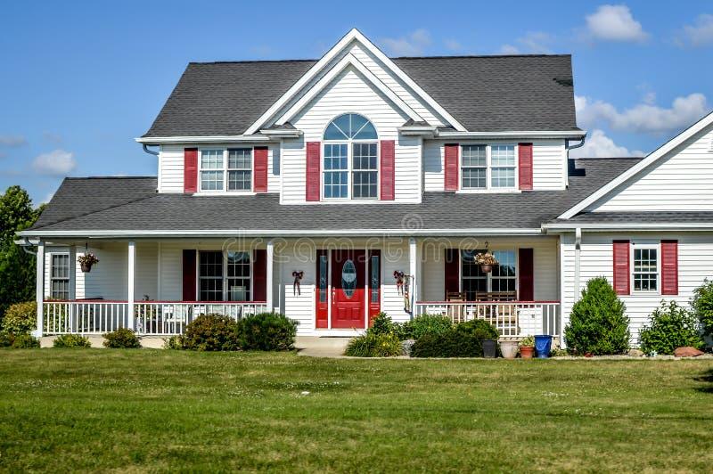 Rotes und weißes zweistöckiges Haus lizenzfreie stockfotos