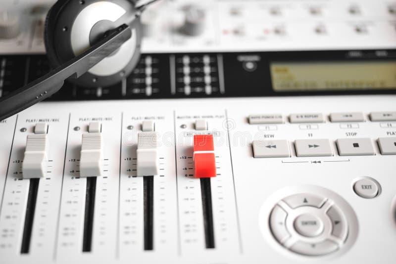 Rotes Vorlagenschieberniveau von einem digitalen tragbaren Tonmeister stockfoto