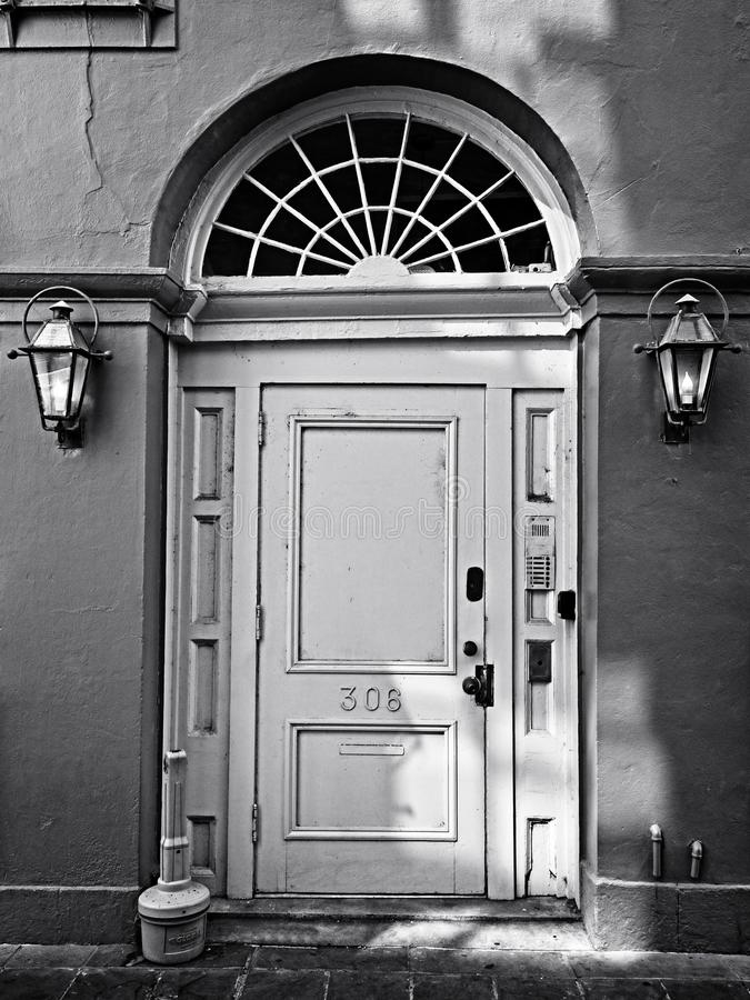 Rotes Wand-Gelb-Tür Fench-Viertel in B&W lizenzfreies stockfoto