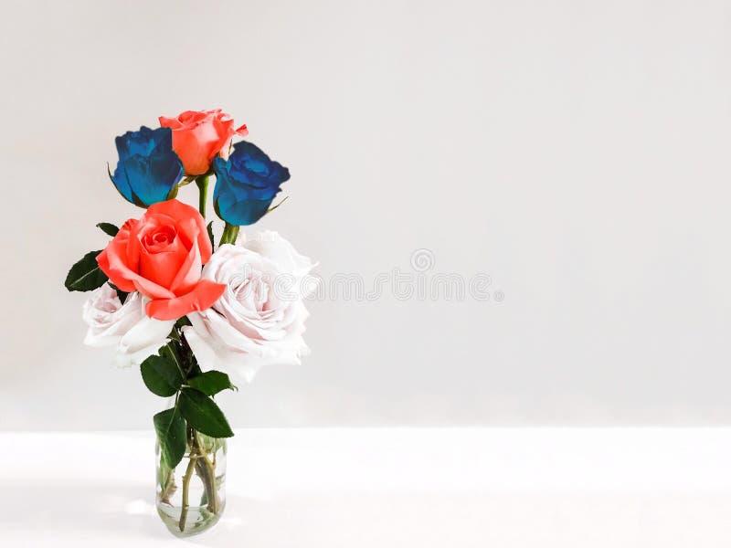 Rotes, weißes und blaues Rosen am 4. Juli Unabhängigkeitstagkonzept lizenzfreies stockbild