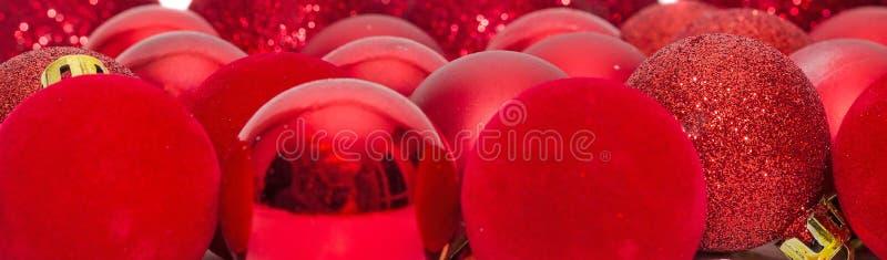 Rotes Weihnachten shinny Kugeln, Weihnachtsbaumverzierungen lizenzfreie stockbilder