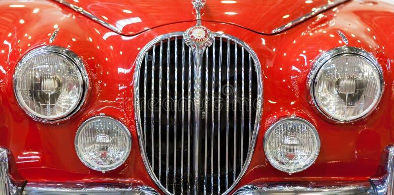 Rotes Weinlese Jaguar-Automobil stockbild
