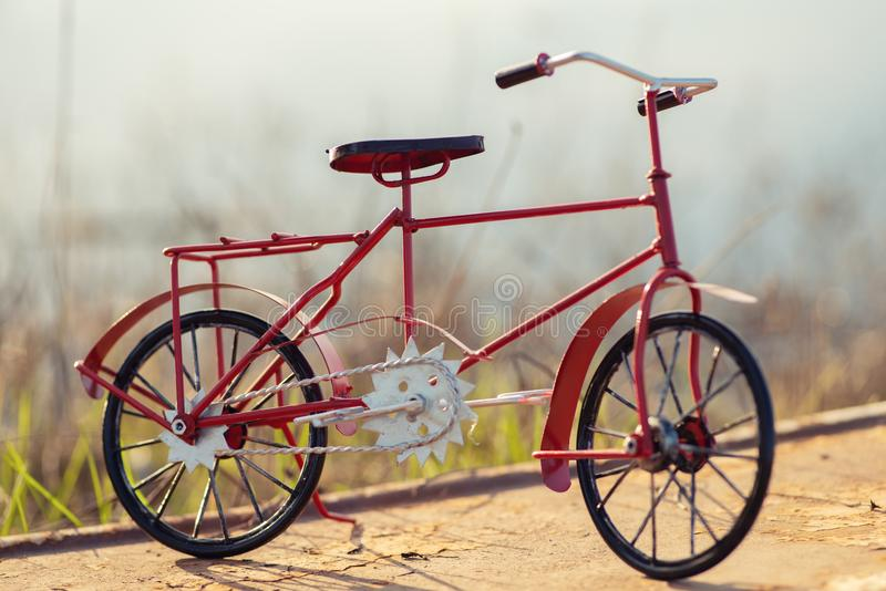 Rotes Weinlesefahrrad lizenzfreie stockfotos