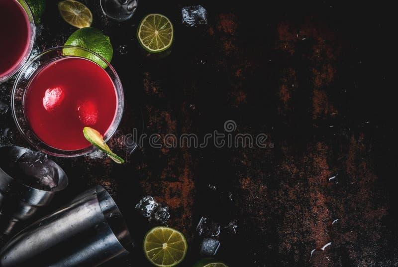 Rotes Weltcocktail mit Kalk lizenzfreies stockbild