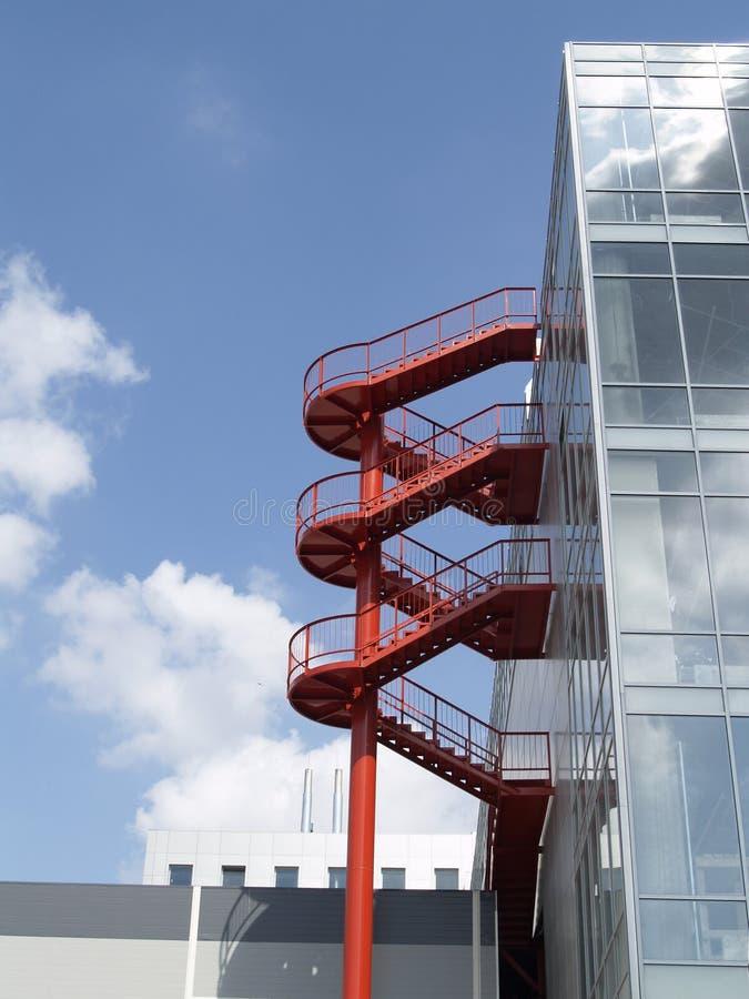 Rotes Wicklungtreppenhaus lizenzfreie stockbilder
