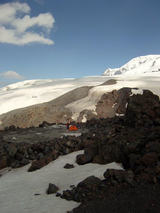 Rotes Zelt in den Bergen lizenzfreie stockfotografie