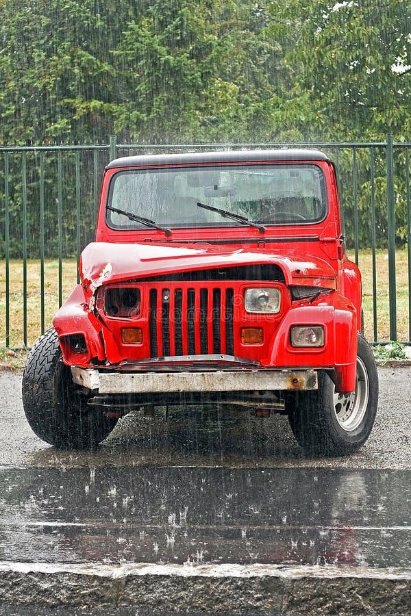 Rotes zerschmettertes SUV stockbilder