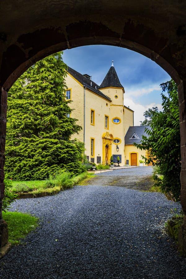 ROTH EN VÅR DER, TYSKLAND - JUNI 26, 2016: Roth Castle som sett från porthuset arkivbild