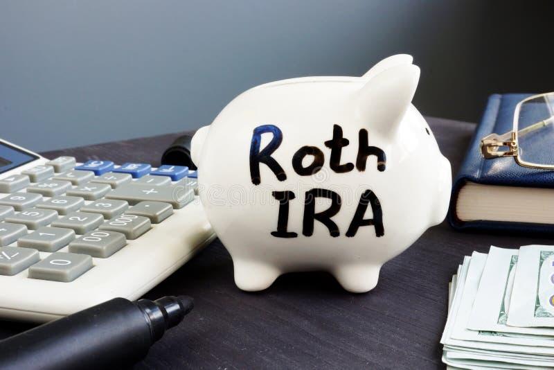Roth IRA scritto su un porcellino salvadanaio Piano pensionistico fotografia stock