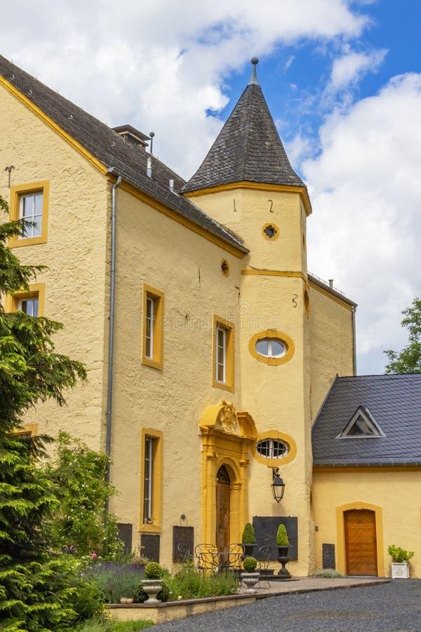 ROTH UM DER NOSSO, ALEMANHA - 26 DE JUNHO DE 2016: Roth Castle como visto do gatehouse fotografia de stock