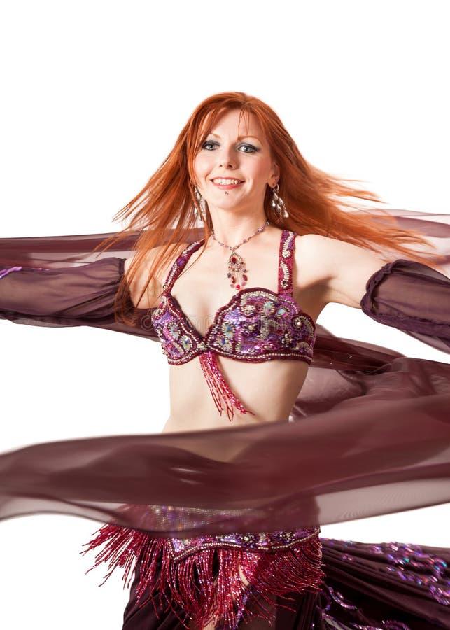 Rothaarige Bauchtänzerin in der Tanzdrehung stockfoto