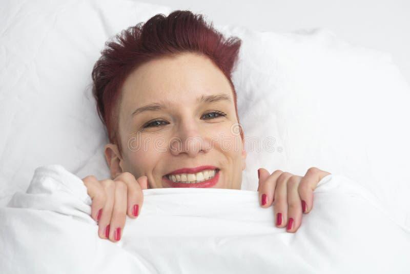 Rothaariger Mann, Der Im Bett Schaut Krank Liegt Stockfoto