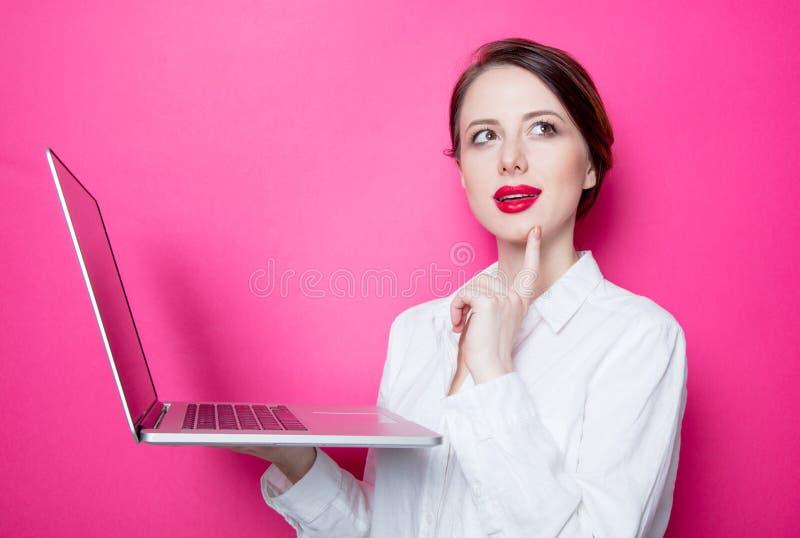 Rothaarige Geschäftsfrau mit Laptop lizenzfreie stockbilder