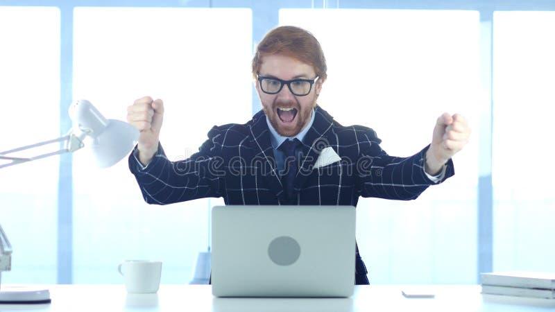 Rothaarige-Geschäftsmann Celebrating Success, Aufregung auf hoher Stufe stockbilder