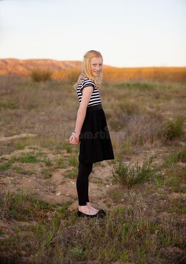 Rothaarige-Mädchen auf einem Gebiet stockfoto