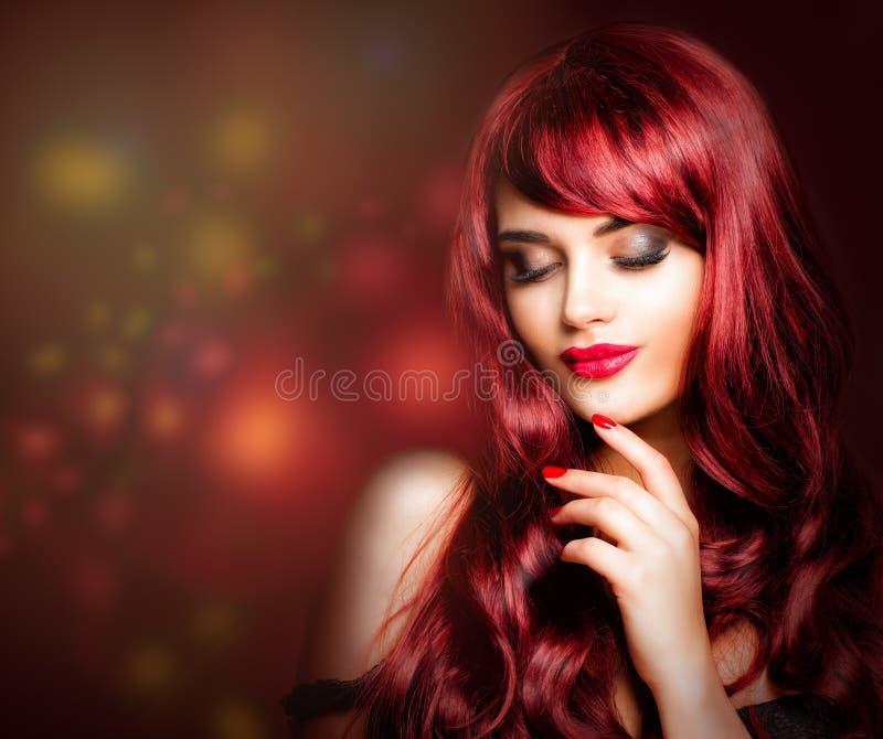 Rothaarigefrau mit Make-up, lang rote gelockte Frisur stockbild