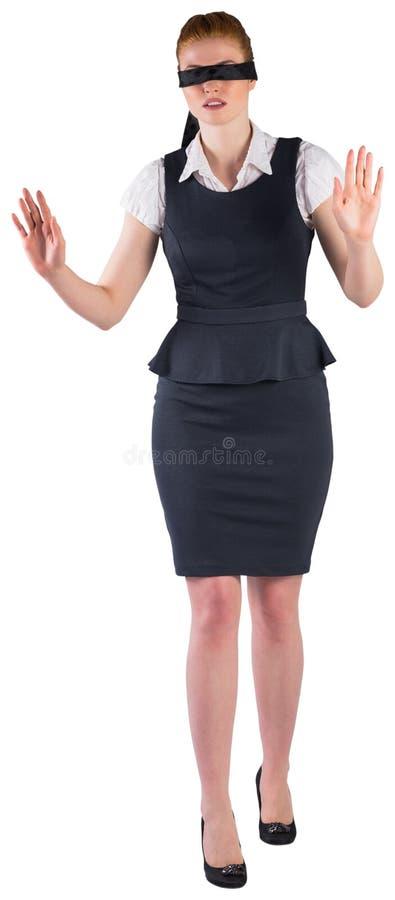 Rothaarigegeschäftsfrau in einer Augenbinde lizenzfreie stockbilder