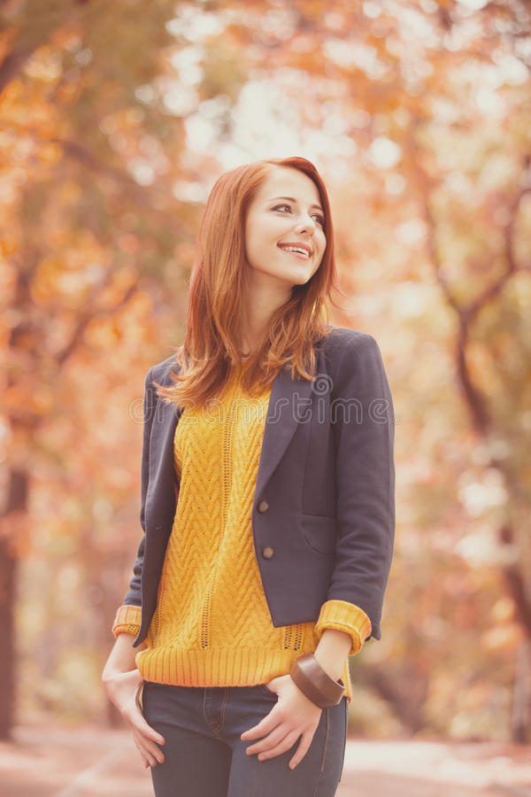 Rothaarigemädchen am Herbst im Freien lizenzfreie stockbilder
