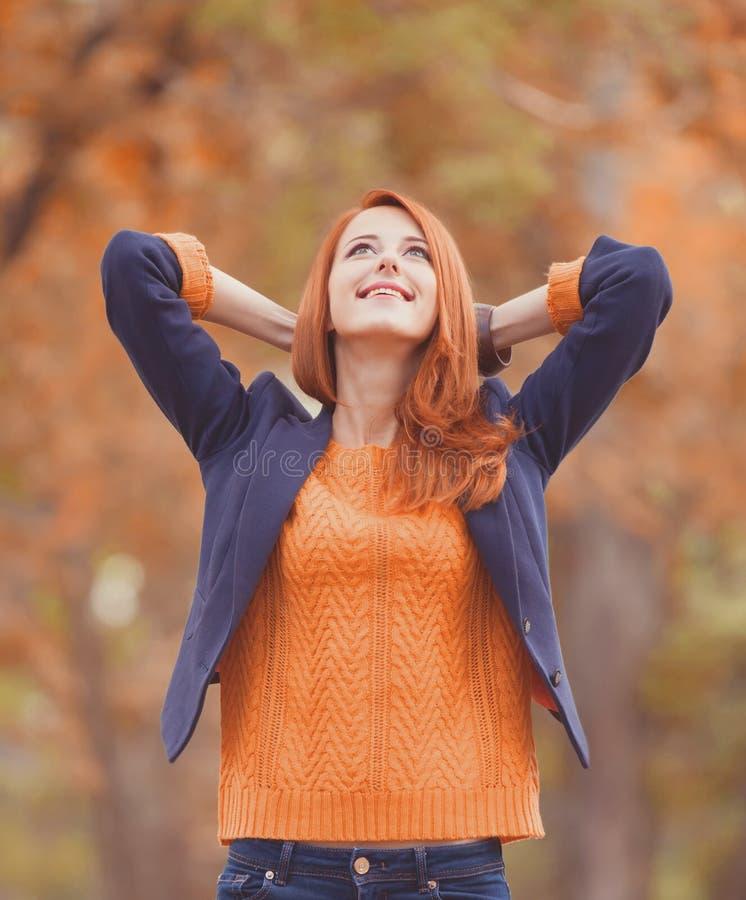 Rothaarigemädchen am Herbst im Freien stockbilder
