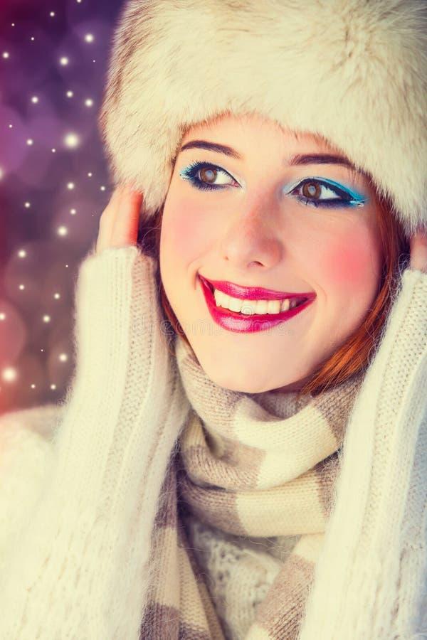 Rothaarigemädchen mit Make-up im Pelzhut und im weißen Schal stockfotos