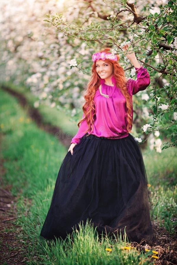 Rothaariger im Frühjahr Garten der Mädchenfrau lizenzfreies stockfoto