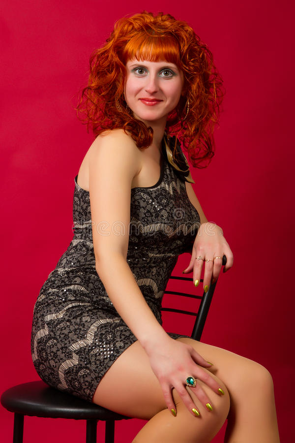 Rothaariges Mädchen in einem eleganten Kleid lizenzfreie stockfotografie