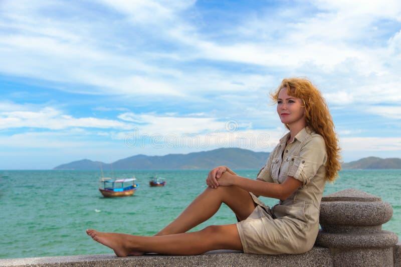 Rothaariges Mädchen nahe Meer stockbilder
