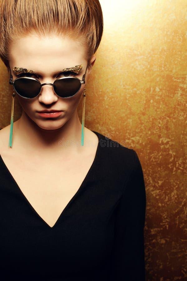 Rothaariges Modell der schönen Mode mit Artymake-up lizenzfreies stockbild