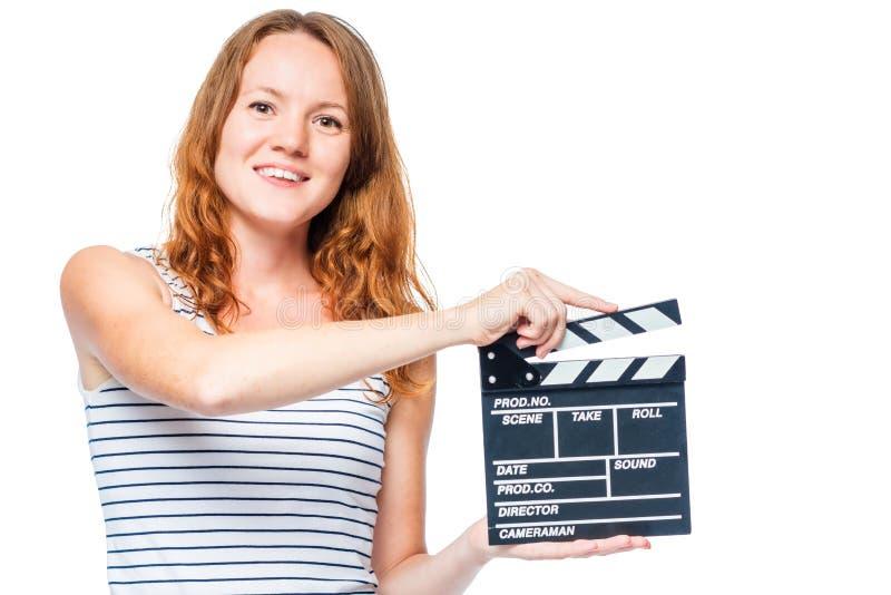 rothaariges Schauspielerin- und Filmscharnierventil in der Hand auf Weiß lizenzfreie stockfotografie