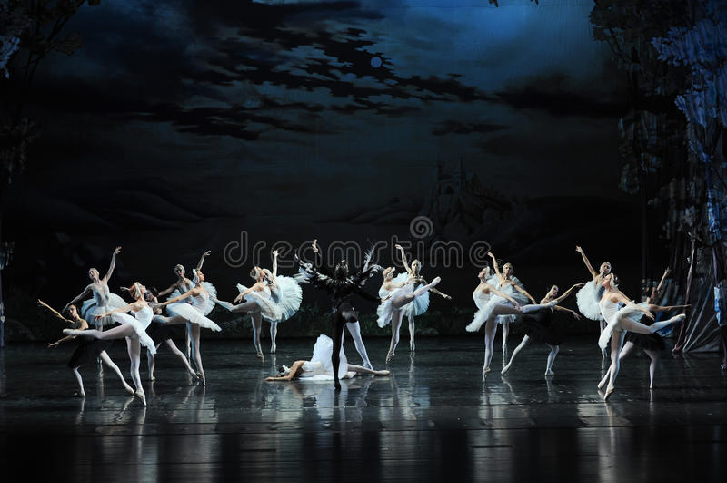 Rothbart usou a mágica para maldizer o cerimônia-bailado adulto O Lago das Cisnes do príncipe branco da cisne- foto de stock royalty free