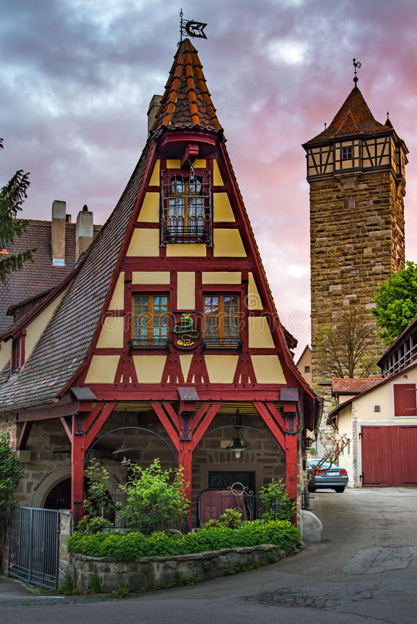 Rothenberg Duits traditioneel huis met de mooie hemel van de ochtendzonsopgang royalty-vrije stock foto's