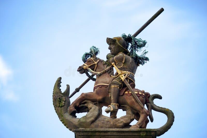 ROTHENBURG, GERMANY/EUROPE - 26 DE SEPTIEMBRE: Estatua encima del St fotos de archivo