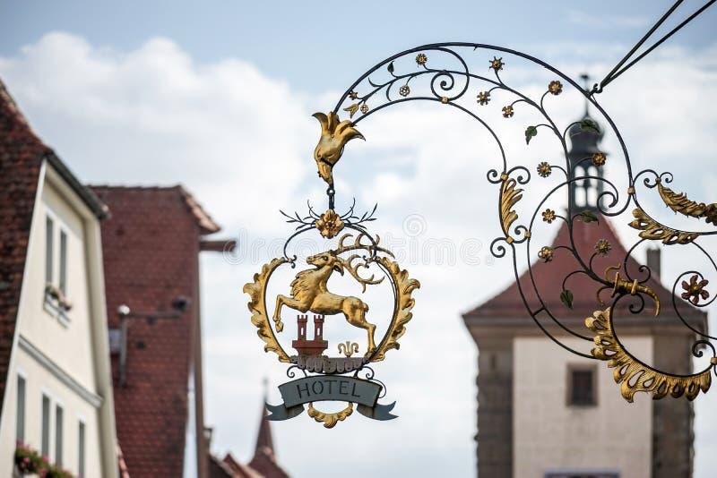 ROTHENBURG, GERMANY/EUROPE - 26 DE SETEMBRO: Sinal de suspensão do hotel mim imagem de stock