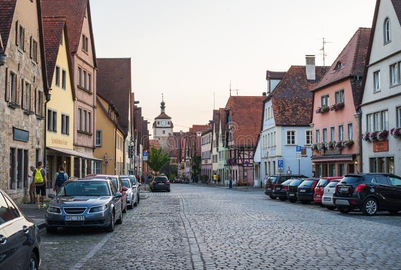 ROTHENBURG-OB-DER-TAUBER TYSKLAND - JULI, 19 Gatasikt med medeltida byggnader, bilar och okänt folk som in går royaltyfri fotografi