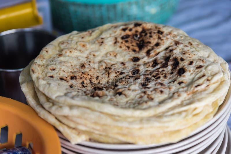 Roti,薄饼,南或者Naan在街道食物市场上 库存照片